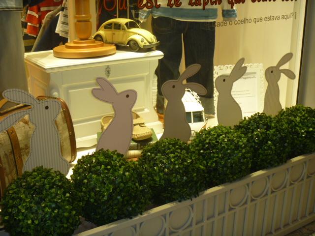 Decoração de Páscoa na vitrine da loja com coelhos