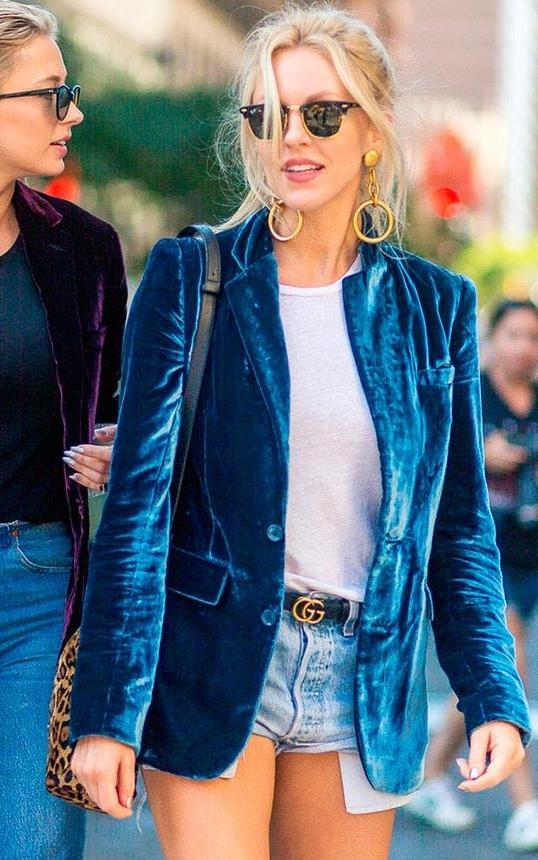 Looks com veludo molhado azul blazer