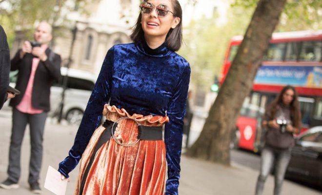 Looks com veludo molhado azul blusa