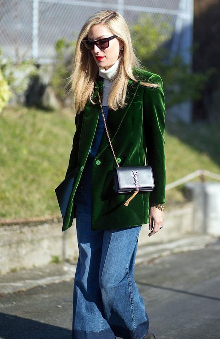 Looks com veludo molhado verde blazer com calça jeans