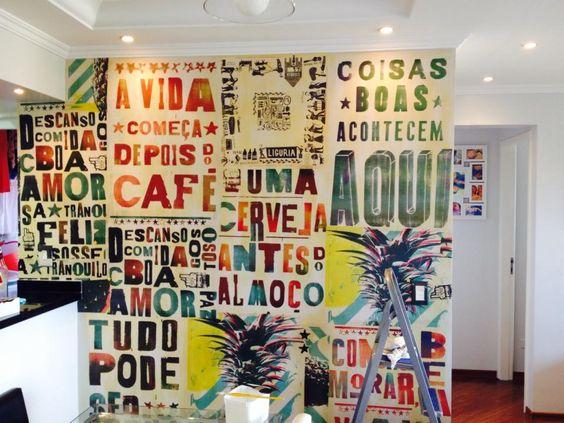 decoração de parede com cartazes na sala