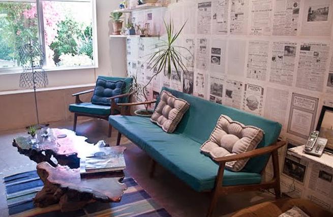 decoração de parede com colagem com jornal