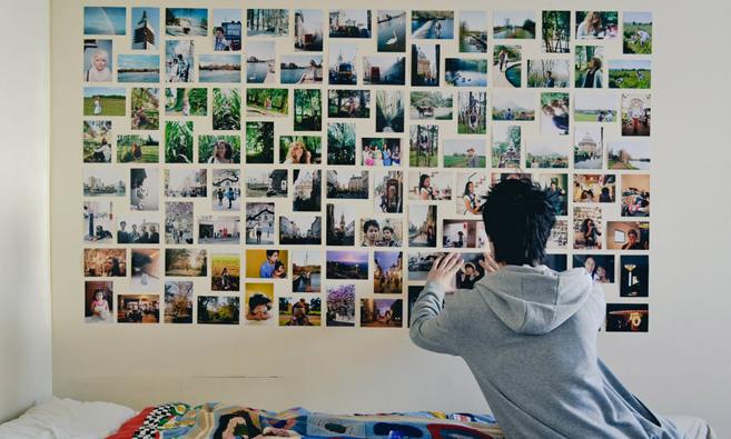 decoração de parede com colagem de fotos