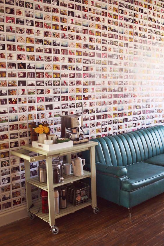 decoração de parede com fotos e sofá azul