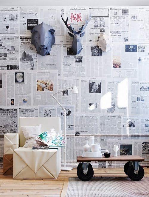 decoração de parede com jornal na sala
