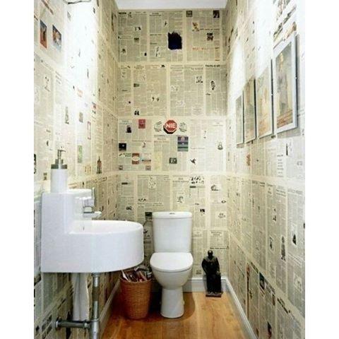 decoração de parede com jornal no banheiro