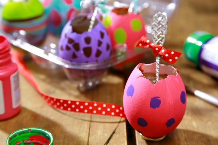 decoração páscoa com casca de ovo brigadeiro dentro
