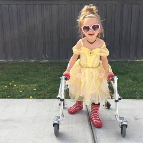 menina com paralisia cerebral é ícone de estilo 1