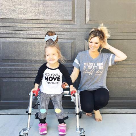 menina com paralisia cerebral é ícone de estilo 3