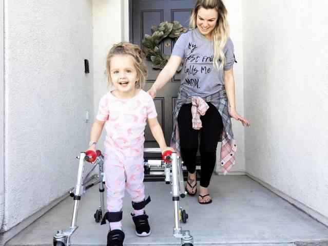 menina com paralisia cerebral é ícone de estilo 5