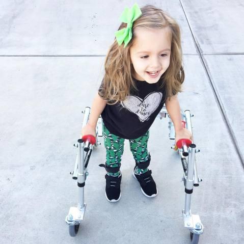 menina com paralisia cerebral é ícone de estilo 6