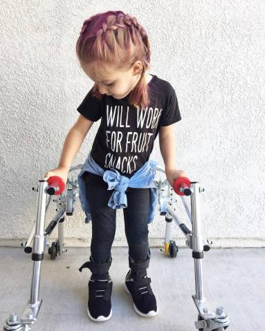 menina com paralisia cerebral é ícone de estilo 7