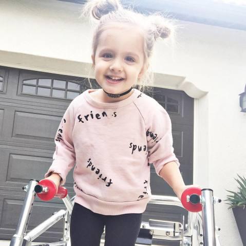 menina com paralisia cerebral é ícone de estilo 9
