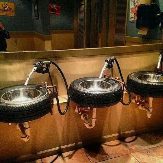 pneu na decoração de banheiro
