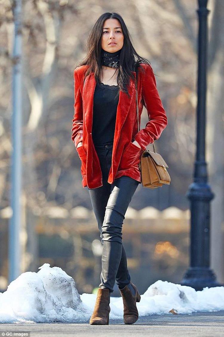 veludo-molhado-blazer-vermelho-calca-preta