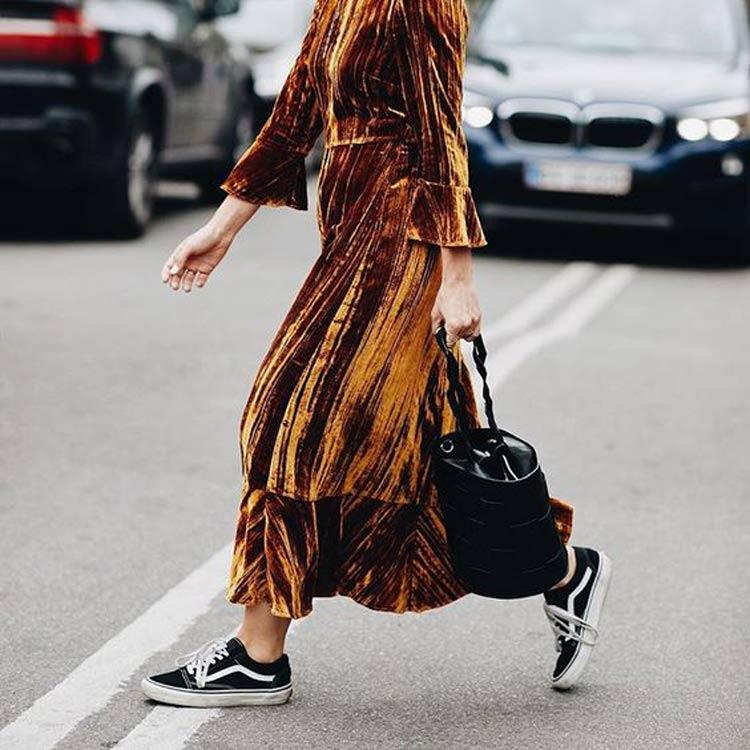 vestido-dourado-veludo-molhado-tenis-vans-old-skool