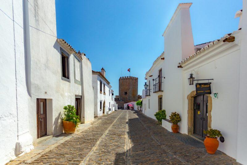 Ruas-de-Monsaraz-região-do-Alentejo-em-Portugal