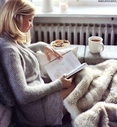 como usar tendência Hygge mulher sentada lenbdo livro com xícara de café