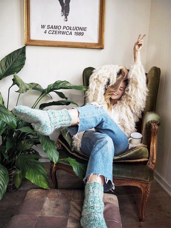 como usar tendência Hygge mulher sentada no sofa