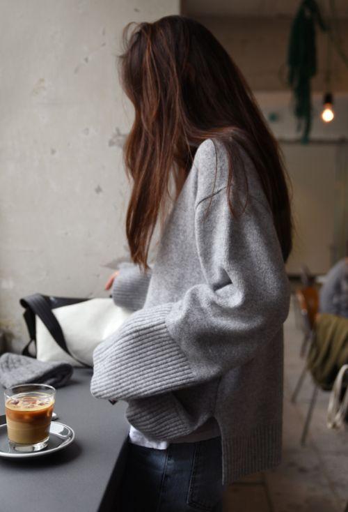 como usar tendência Hygge mulher tomando café