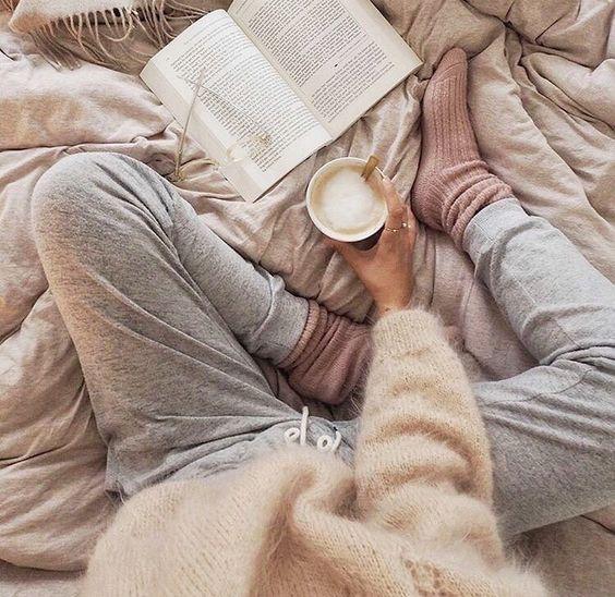 hygge calça de moletom, blusão de lã e xícara de café