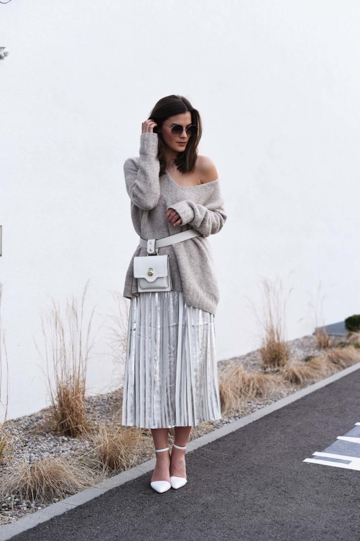look com saia metalizada prata, blusão de lã cinza e pochete branca