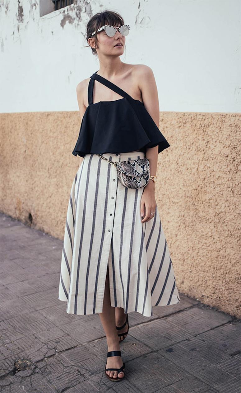 look saia evasê listrada com blusa preta e pochete