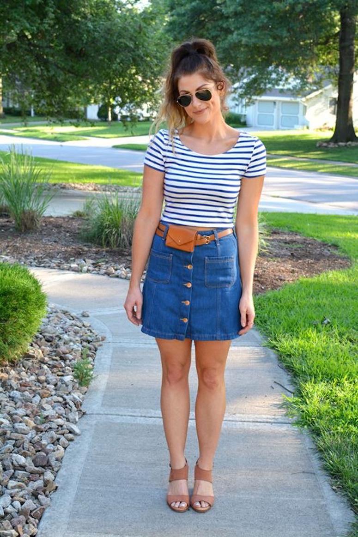 look saia jeans com botões na frente, blusa listrada e pochete pequena no cinto
