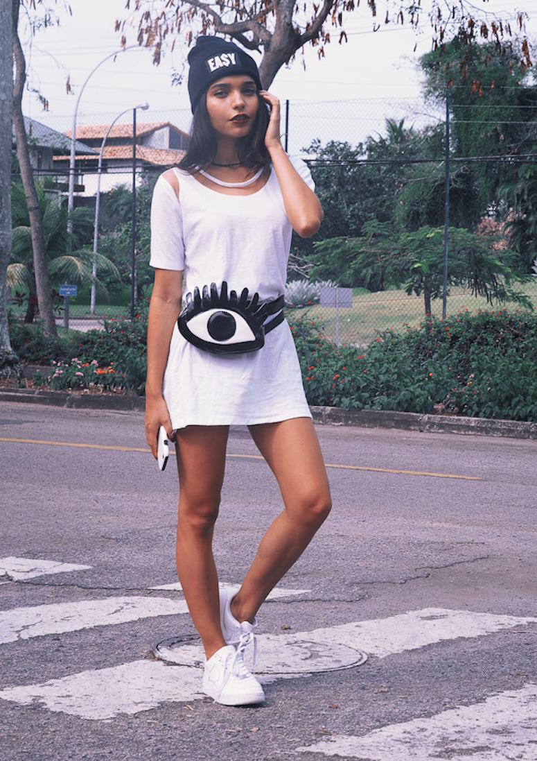look vestido branco com pochete divertida de olho