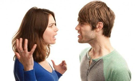 mulher brigando com homem