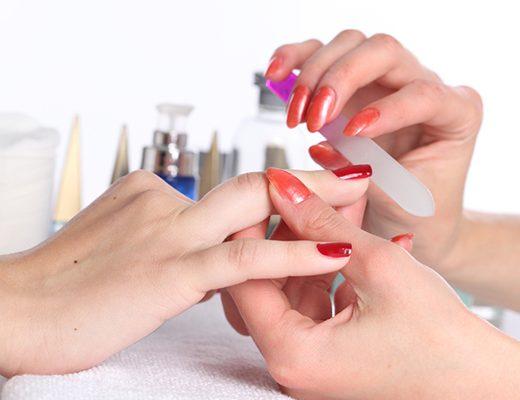 mulher fazendo as unhas com manicure