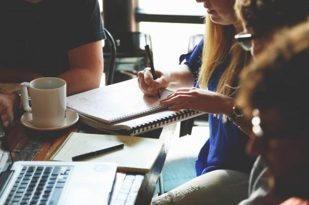 mulher trabalhando com notebook e xícara de café