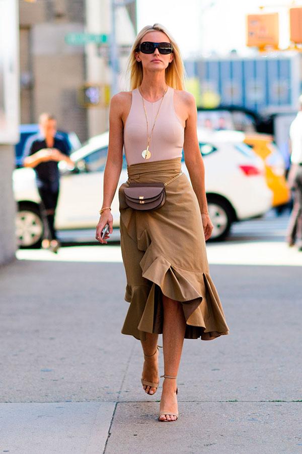 pochete com saia e sapato de alto alto