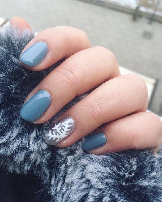 unhas, esmaltes e nail art de inverno azul claro e floco de neve