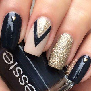 unhas, esmaltes e nail art de inverno dourado e preto