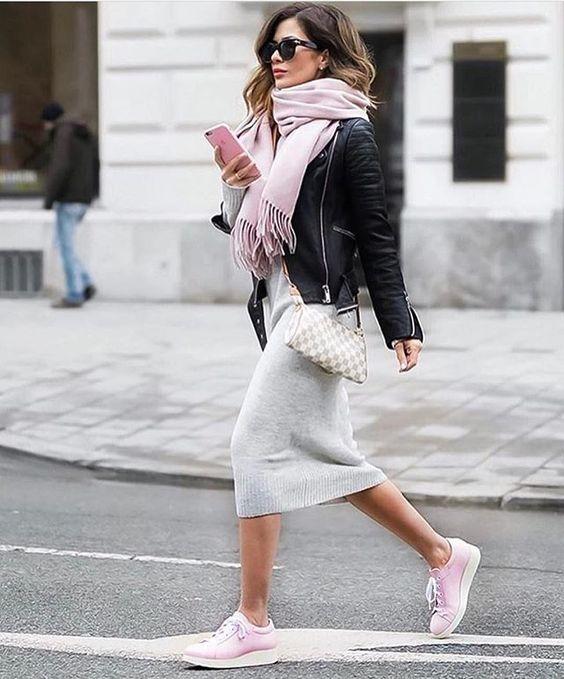 Millennial Pink rosa tendência geração Y cachecol, jaqueta de couro preta e saia cinza