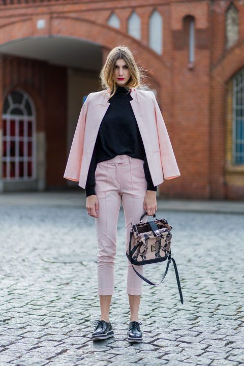 Millennial Pink rosa tendência geração Y calça e blazer rosa com blusa preta