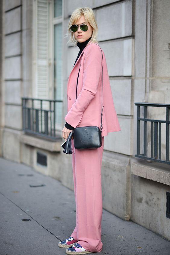 Millennial Pink rosa tendência geração Y calça e blazer