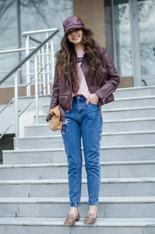 looks com boné feminino calça jeans com jaqueta de couro vinho