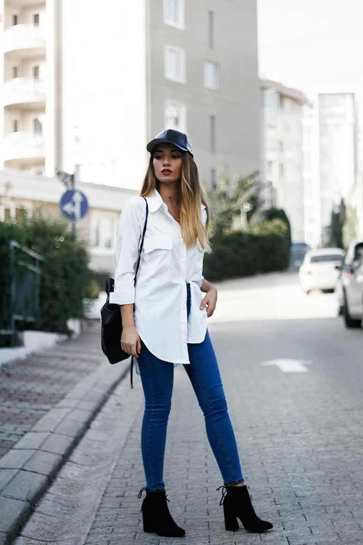 looks com boné feminino calça jeans e camisa alongada branca