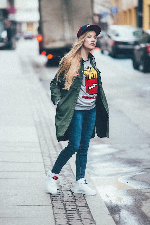 looks com boné feminino calça jeans e jaqueta verde militar