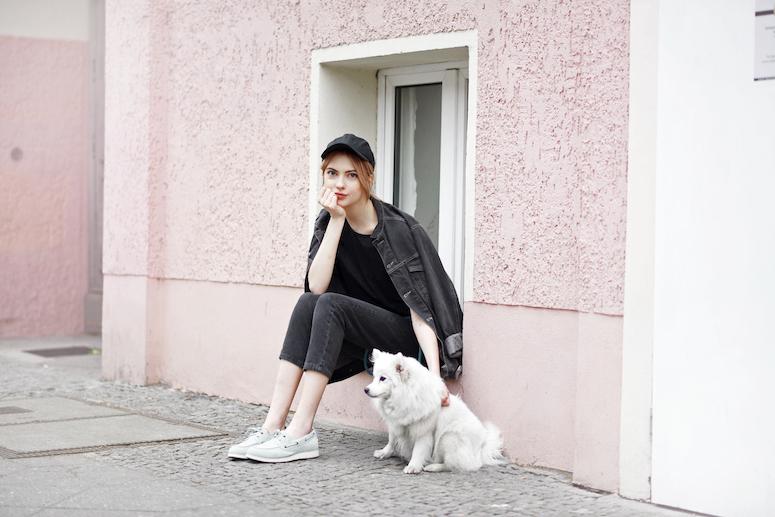 looks com boné feminino calça preta com camiseta prera