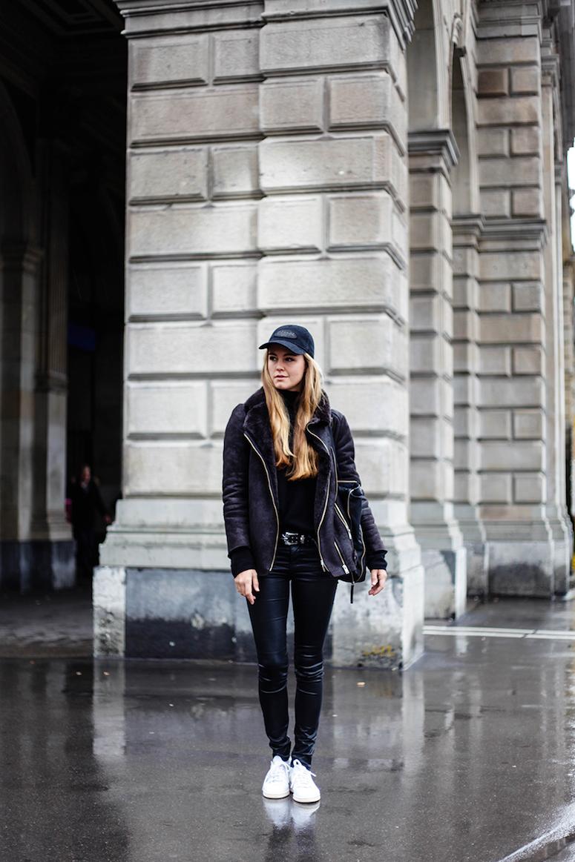 looks com boné feminino look todo preto com jaqueta de inverno