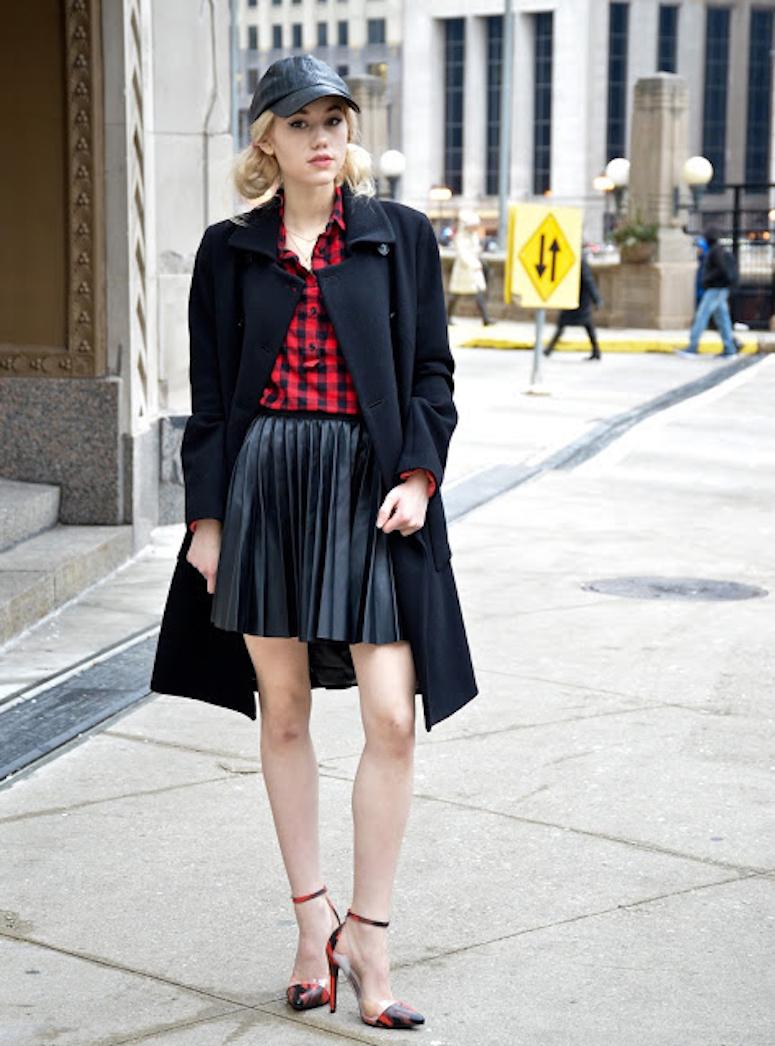 looks com boné feminino saia plissada preta camisa xadrez vermelha e preto