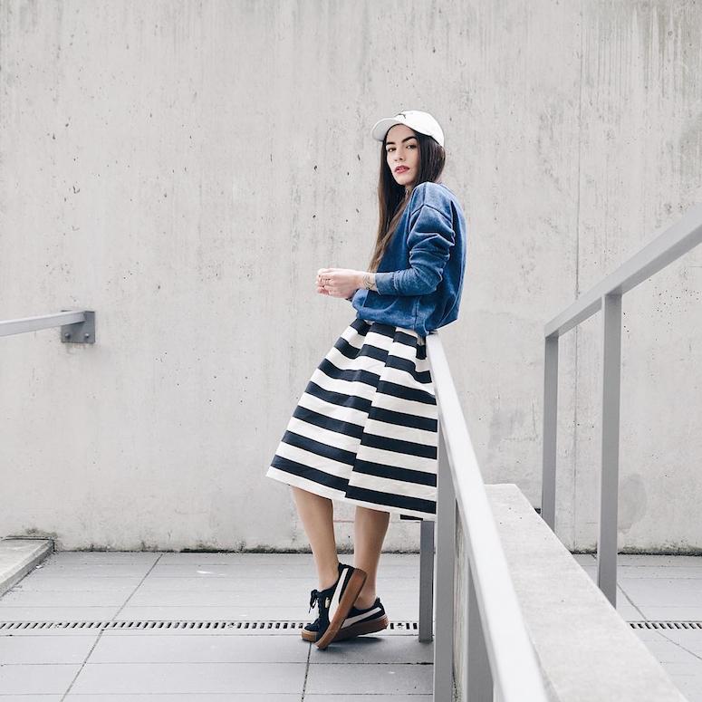 looks com boné feminino saia rodada listrada preto e branco com moletom