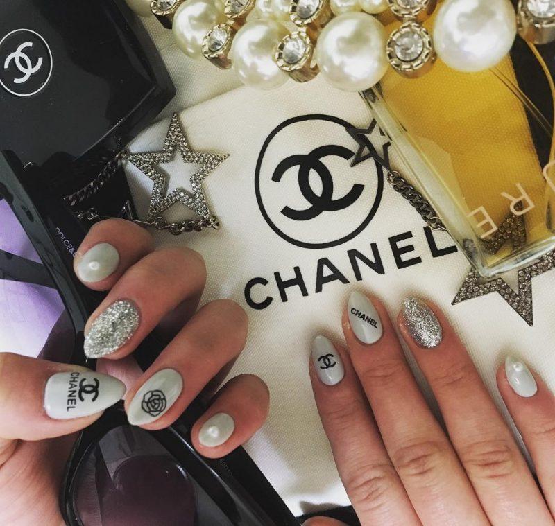nail art com logo da chanel