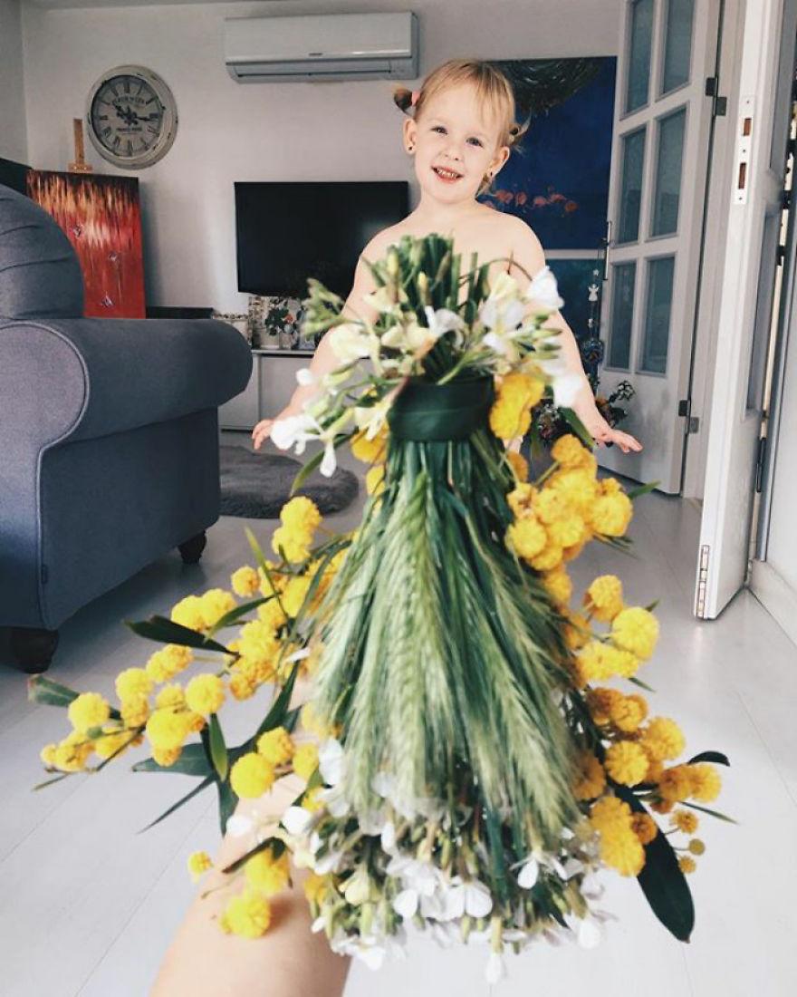 """Mãe """"veste"""" a filha com flores e alimentos 16"""