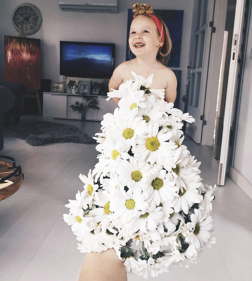 """Mãe """"veste"""" a filha com flores e alimentos 9"""