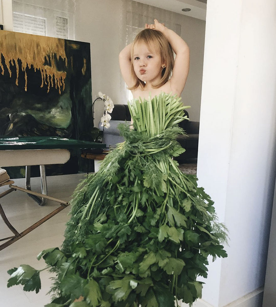 """Mãe """"veste"""" a filha com flores e alimentos"""