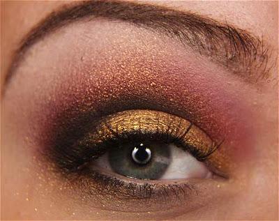 Maquiagem com sombra vermelha e dourada